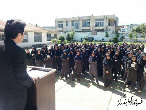 تجلیل فرماندار بندرگز از دانش آموزان ممتاز دبیرستان خدیجه کبری (س) شهرستان