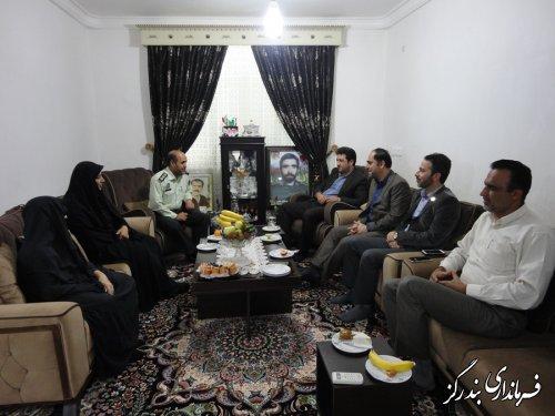 فرماندار بندرگز با خانواده شهید جهان آرا در بندرگز دیدار کرد