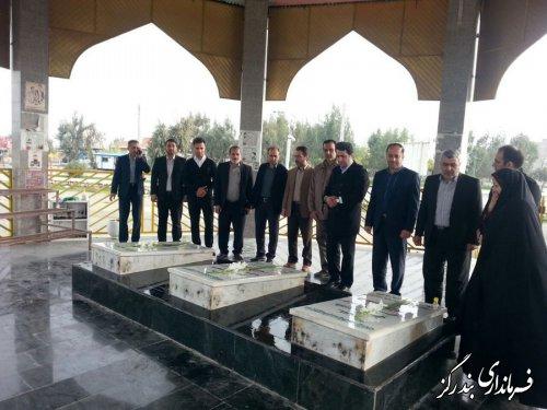 عطرافشانی و گلباران مزار شهیدان با حضور فرماندار بندرگز