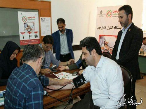 فرماندار بندرگز با انجام تست فشار خون به پویش طرح ملی کنترل فشار خون بالا پیوست
