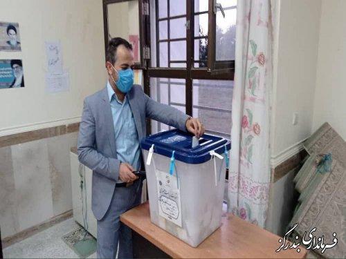 بخشدار نوکنده رای خود را به صندوق انداخت